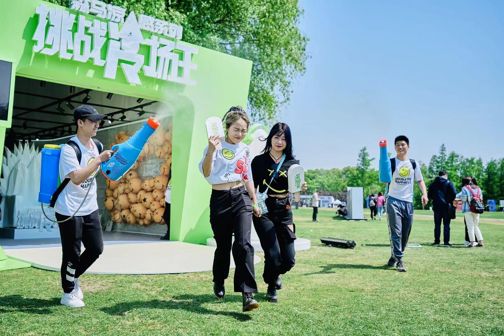 一群人站在草地上奔跑  描述已自动产生