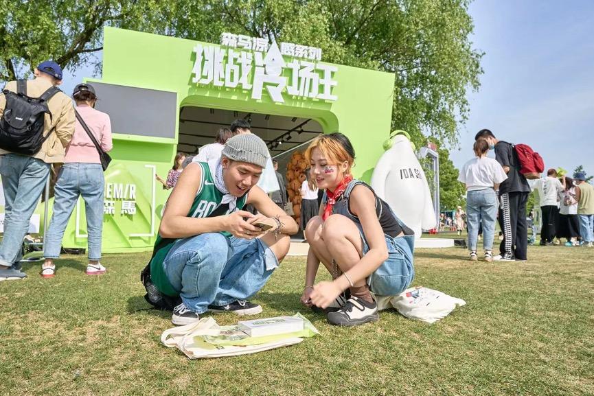 一群人站在草地上  描述已自动产生
